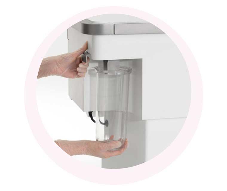 Auf Knopfdruck wird das Kosmetikgerät GlowSolution gereinigt